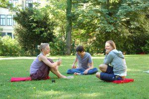 Yogalehrer-Ausbildung- Wiese--Yoga